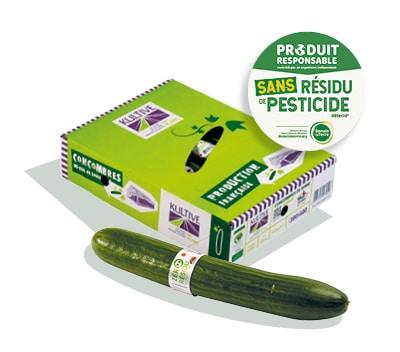 Une boite en carton, avec le logo du label Zéro Résidu de Pesticide et un concombre entouré d'une bague en plastique au premier plan.