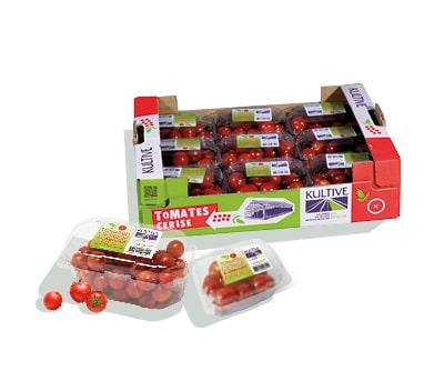 Cagette en carton, contenant les barquettes de tomates-cerises rouges et rondes.